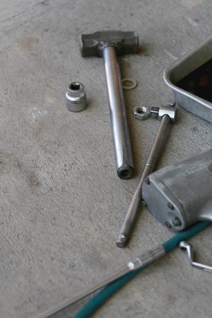 mantenimiento: herramienta de mantenimiento en una pila de reparaci�n de autom�viles en el suelo del garage. Foto de archivo
