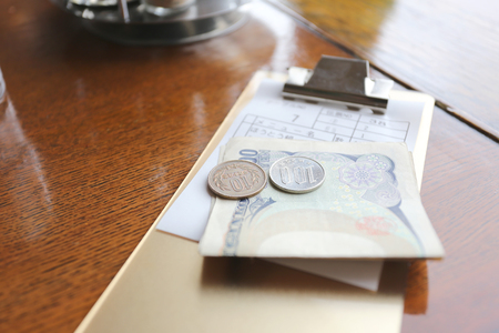 日本 (円) とレストラン内のテーブルでの食事のための法案のお金。 写真素材