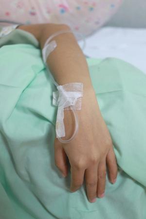pacientes: La soluci�n salina en pacientes mano de la mujer en el tratamiento m�dico.