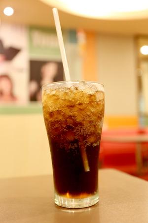 or thirsty: Cola fr�a en vidrio, copa de parada sed.