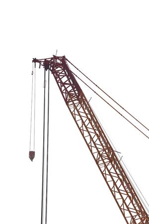 maquinaria pesada: grúa grande de la fábrica de maquinaria pesada aislada en el fondo blanco.