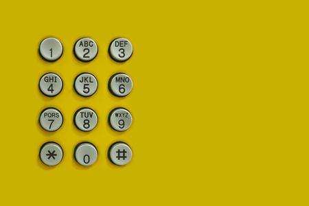 teclado num�rico: teclado num�rico del tel�fono en el fondo amarillo para el tel�n de fondo la tecnolog�a de dise�o.