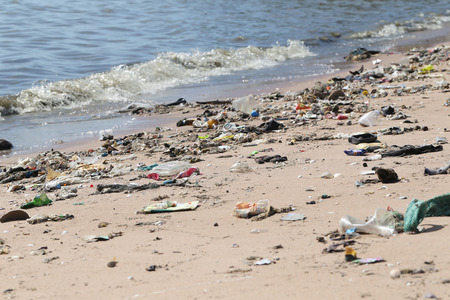 The beach have a garbage and effluents concept of environmental protection. Banque d'images