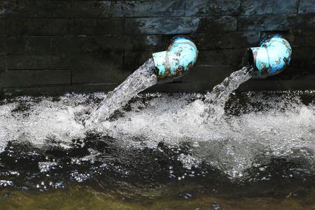 水に酸素を通気のための池の石の壁でドレインします。