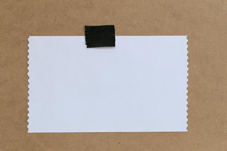 vendimia de papel de nota sobre fondo marrón y copia especificaciones que pueden texto de entrada a la misma.