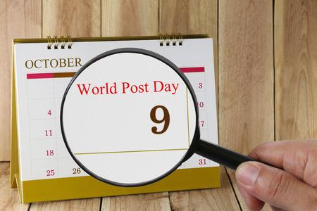 relaciones publicas: Lupa a disposición en el calendario se puede ver en el Día Mundial del Correo 09 de octubre de concepto de una campaña de relaciones públicas.