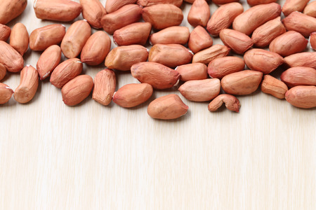 alergenos: maní seca sobre fondo de madera, el concepto de comida sana.