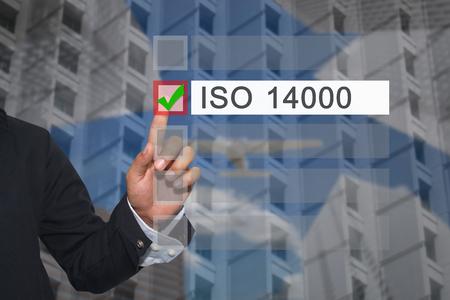 実業家の手は、ISO のテキスト ボックスにプレゼンテーションの 14000 のコンセプトを選択するか、あなたのビジネスを宣伝するボタンに指のタッチ