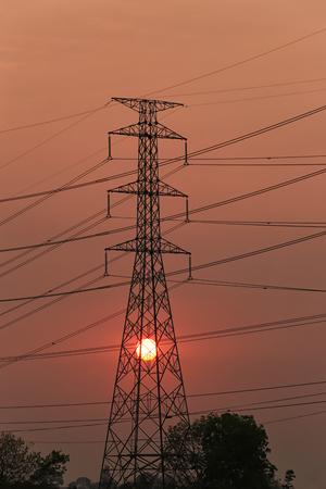 Torres de alta tensión y puesta del sol en concepto de la energía, silueta de la fotografía. Foto de archivo - 81267123