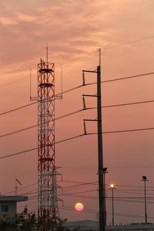 Hoogspanningstorens en zonsondergang in Energieconcept, Fotografiesilhouet.