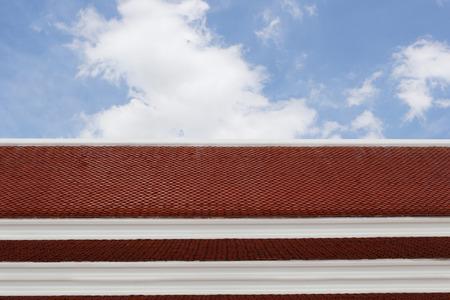 仏教の経典で飾られたタイの寺院の屋根。 写真素材 - 82554736
