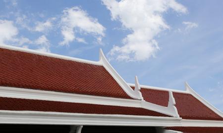 仏教の経典で飾られたタイの寺院の屋根。