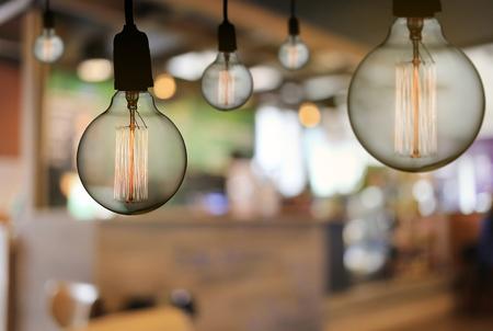 ビンテージ ランプや電球のモダンなレストラン、インテリアの概念の天井とあなたの仕事のデザインを手放しましょう。