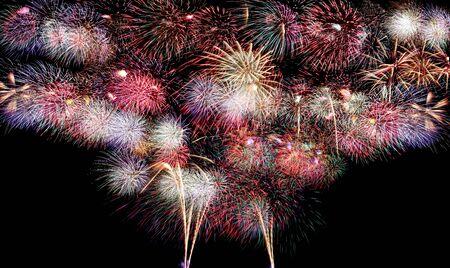 Varietà di colori Mescolare i fuochi d'artificio o lo sfondo di petardi sullo sfondo dell'oscurità.