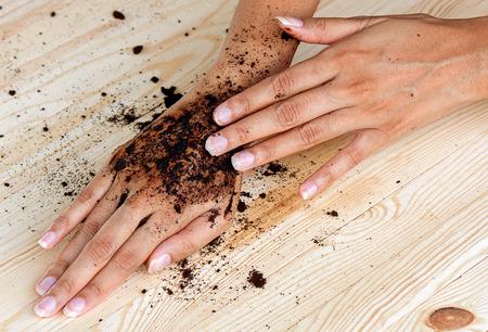 cosmeticos: café exfoliante mano con el café molido en húmedo, significa belleza o cosmética