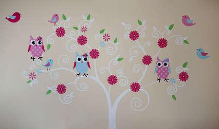 나무 벽 그림에 올빼미와 새들