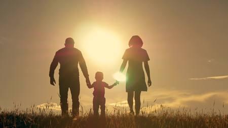 Gelukkige jonge familie met kinderen die rond het gebied lopen Stockfoto - 83560965