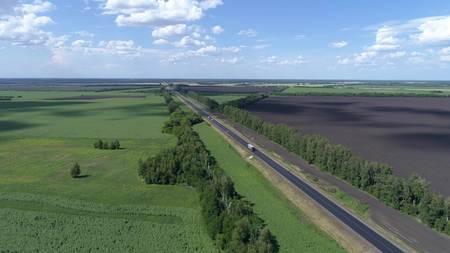 Luchtfotografie van verkeer op de weg in plattelandsgebieden Stockfoto - 88931330