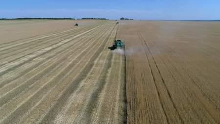 Luchtmening van geploegd gebied met tractor. Industriële achtergrond op landbouwthema. Stockfoto - 88931357