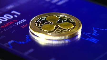 Gouden munten van de rimpel op de achtergrond van een grafische voorraadgrafiek. De concentratie van de crypto-valuta van virtueel geld Stockfoto - 99717705