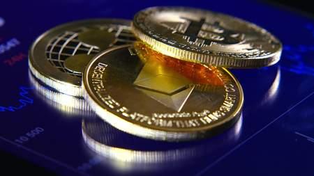 Gouden bitcoins op de achtergrond van een grafische voorraadgrafiek. De concentratie van de crypto-valuta van virtueel geld Stockfoto - 99717508