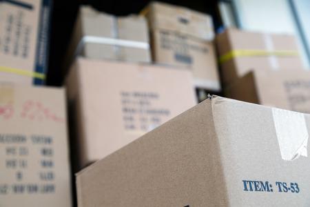 cajas de carton: Pila de cajas de cartón de color marrón en el almacén del mercado. Cosas diferentes envasados ??en cajas de cartón. Concepto en movimiento. Conjunto de cajas de carga listos para la entrega.