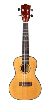 guitarra acustica: Hawaiana de cuatro cuerdas de guitarra ukelele pequeño aislado en fondo blanco con trazado de recorte. Musical tienda de instrumentos o el concepto de escuela de aprendizaje