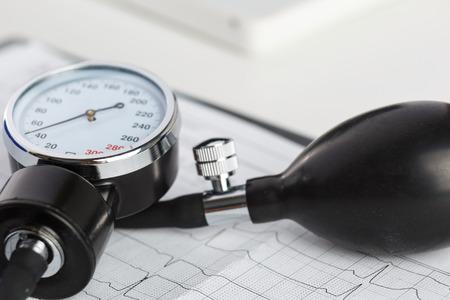 myocardium: Manometro medica che si trova sul grafico cardiogramma primo piano. Assistenza medica, la profilassi, la prevenzione delle malattie o concetto di assicurazione. Assistenza cardiologia, salute, protezione e prevenzione. Concetto di vita sana Archivio Fotografico