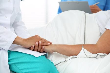 empatia: Manos amistoso del médico medicina mujer sosteniendo la mano de la mujer embarazada tumbada en la cama para el estímulo, la empatía, vítores y apoyo, mientras que el examen médico. Nueva vida de concepto aborto