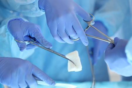 外科医の手押し営業患者、その他医師に手術器具を渡します。蘇生医学チームは患者を保存鋼医療ツールを保持しています。手術や緊急のコンセプ