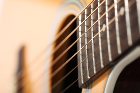 奇妙な珍しい視点クローズ アップでクラシックのアコースティック ギター。六つのひも、無料フレット、サウンド ホール響楽器店や学習学校のコ