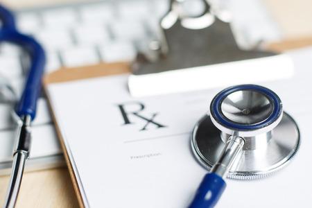 farmacia: Forma de prescripción recortado a la almohadilla tendida en la mesa con el teclado y el estetoscopio. Medicina o el concepto de farmacia. Formulario médico vacío listo para ser utilizado