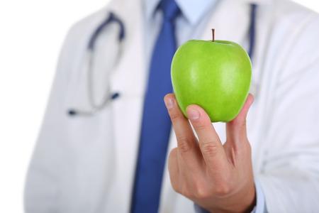 manzana verde: Medicina Hombre terapeuta médico manos sosteniendo fresca verde manzana madura. Ayuda médica o concepto de seguro. Vida de la salud y el concepto de comida sana. Concepto de estilo de vida vegetariano. Frutas y vitaminas