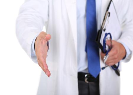 visitador medico: Hombre doctor en medicina que ofrece la mano para estrechar primer aislado en el fondo blanco. Saludo y bienvenida gesto. Cura médica y pruebas anuncio concepto. Médico dispuesta a examinar paciente Foto de archivo