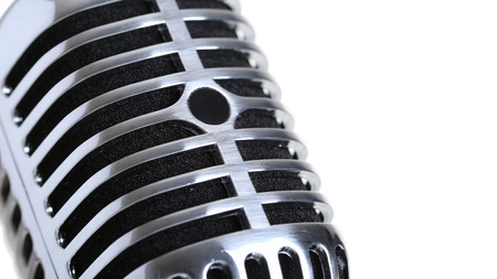 microfono de radio: Plata micrófono viejo estadio de moda primer aislado en blanco backgroung. Karaoke, aprendizaje vocal, tienda de música o el concepto de radio. Mic Estilo retro listo para el rock