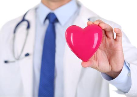 Mannelijke geneeskunde arts handen die rood stuk speelgoed hart in de voorkant van zijn borst close-up. Medische hulp, cardiologie, gezondheid, preventie, preventie, verzekering, chirurgie en reanimatie-concept Stockfoto