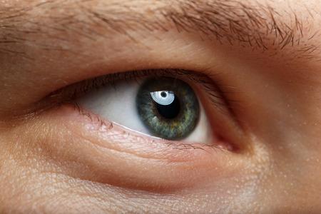 reflexion: Hombre derecho ojo verde primer plano extremo. Oculista y perfecto concepto de la visión