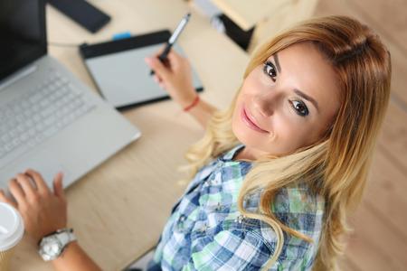 studie: Žena návrhář v kanceláři pracovat s digitálním grafickým tabletem a notebookem. Fotografie Retoucher sedí u stolu a díval se neveřejné. Kreativní lidé nebo reklama obchodní koncept