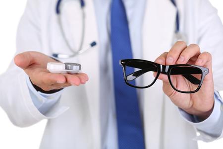 lentes de contacto: Doctor de sexo masculino manos dando par de anteojos negros y lentes de contacto al paciente ofreciendo elección. Corrección de la vista. Oftalmología, excelente visión u óptico concepto de tienda. Cirugía alternativa láser