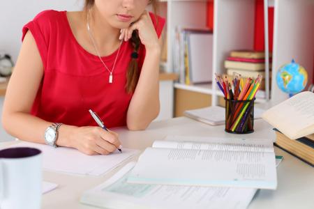 실버 펜 근접 촬영을 들고 여성의 손을. 여자는 편지, 목록, 계획, 숙제를하고, 메모를 쓰기. 학생 공부. 교육, 자기 개발과 완벽 개념