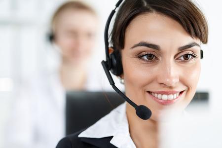 mujer trabajadora: Mujer del centro de llamadas del operador del servicio en el trabajo.