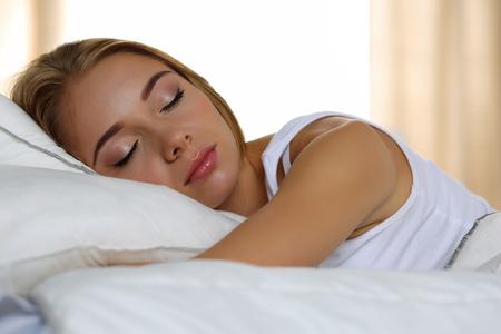 buonanotte: Giovane bella donna bionda ritratto si trova nel sonno a casa in tarda mattinata dopo un duro giorno di lavoro stanco. Sogni d'oro, buongiorno, nuovo giorno, fine settimana, giorno di riposo, le vacanze concetto