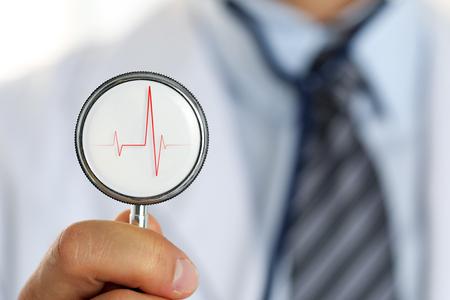 salud publica: Hombre doctor en medicina estetoscopio sosteniendo el brazo Primer principal frente a su pecho. Medic tienda o almacén, la prevención de la enfermedad física y, consultor er, 911, medida del pulso, el concepto de estilo de vida saludable