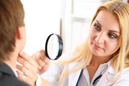 Belle médecin de médecine féminine avec seus face à examiner le patient. Les soins médicaux, maladie diagnostic, consultation physique médecin, le concept d'assurance. Dermatologue ou d'examen oncologue Banque d'images