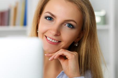 obra social: el trabajo de negocios hermosa rubia sonriente con el ordenador portátil mirando en la cámara retrato. trabajador de cuello blanco en el lugar de trabajo, oferta de trabajo, internet tela de chat, telefonía IP de la radio, el concepto de red social,