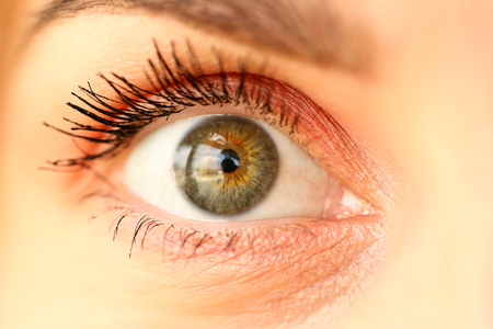 Close-up van geweldig vrouwelijk groen gekleurd rechteroog met een klein beetje cosmetica eromheen