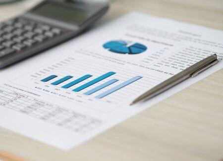 Silberner Stift liegt am Papierdokument von Index- und Wechselkursen Nahaufnahme