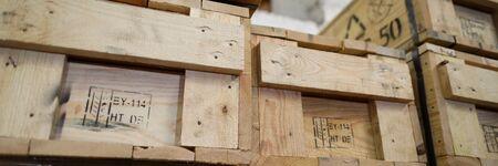 Briefkastenansicht des Stapels alter hölzerner Verpackungskisten, die in Spaltenreihenfolge stehen, Nahaufnahme. Zerbrechliche Ersatzteile im Hartschalenkoffer oder Logistik und liefern Geschäftskonzept