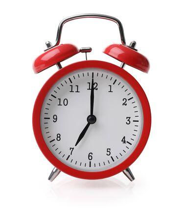 Czerwony budzik ustawiony na siedem na białym tle na białym tle Zdjęcie Seryjne