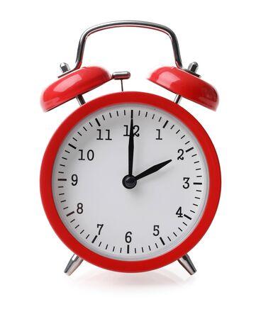 Réveil rouge fixé à deux isolé sur fond blanc close-up avec un tracé de détourage